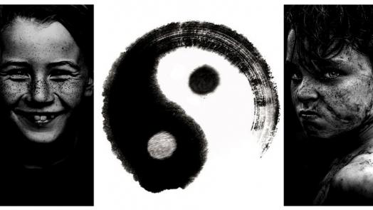 un ragazzo arrabbiato e uno felice divisi dal simbolo in e yang