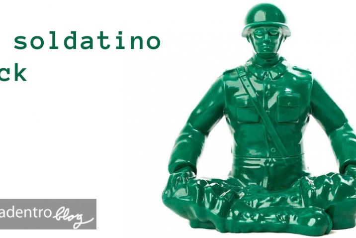 Un-soldatino-verde-medita-in-posizione-dell-loto